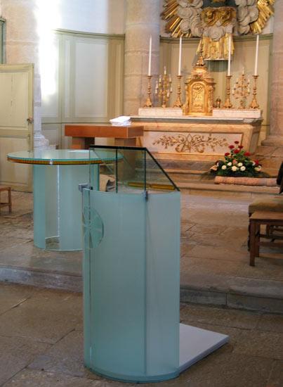 Autel et ambon en verre thermoformé et gravé / église de Montfaucon (25)